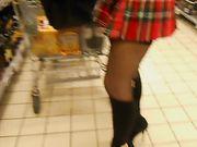 Kvinde uden undertøj i en offentlig butik