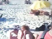 Porno på stranden med et amatør par