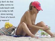 En ensom pige er nøgen på stranden